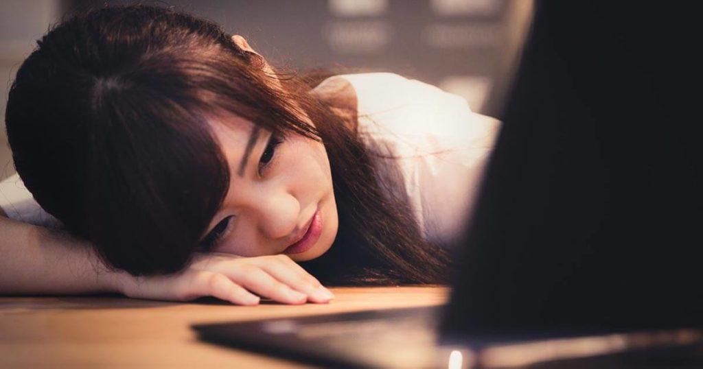 プログラミングに挫折する女性