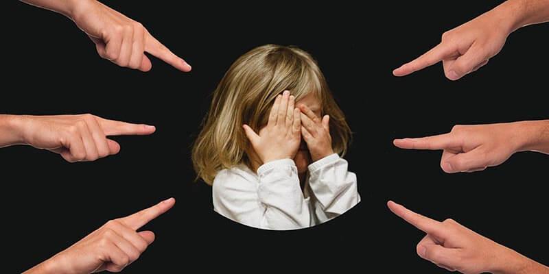 指さされて泣いてしまう女の子