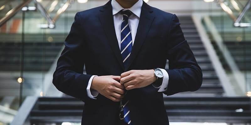 スーツでビシッと決める男性