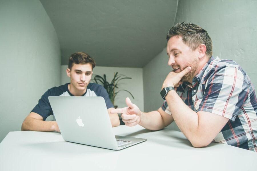 パソコンを見る二人の男性