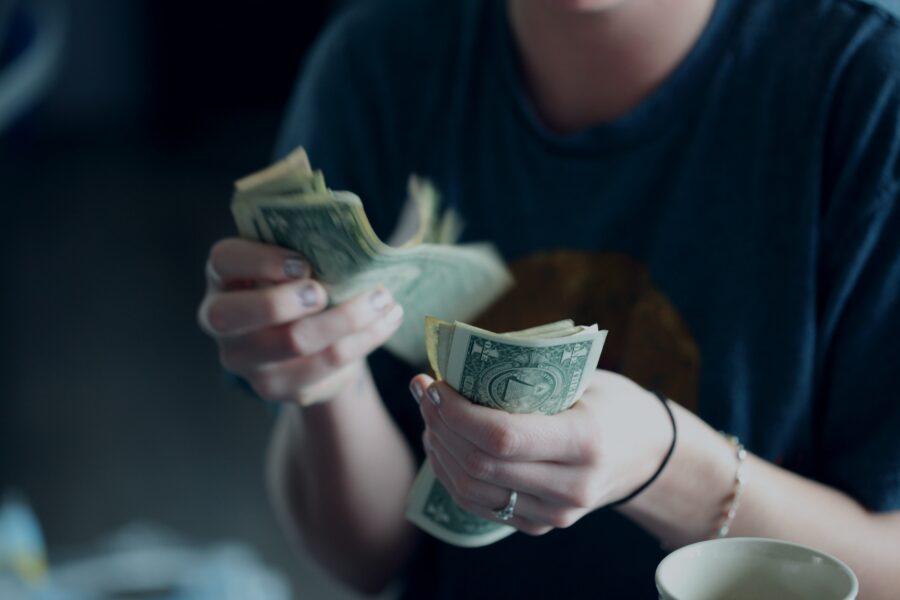 紙幣を数える女性の手